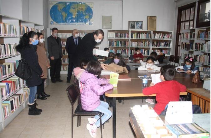Kaymakam Fatih Çevik ,Çocuklara Kitap Hediye etti